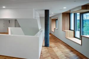 In ausgewählten Wandabschnitten erweitern sich die Fensterbänke zu Sitz- und Ablageflächen