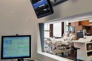 Technische Geräte und Versorgungsleitungen wurden im Hinter-Kopf-Bereich der Betten verortet, Störgeräusche verursachende Geräte wurden gedämpft oder in das zentral angeordnete Beobachtungszimmer verlagert