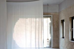 Während sich im Winter die nutzbare Fläche reduziert, kann sie im Sommer wieder erweitert werden. Insbesondere wenn die großen Schiebeelemente vor den Panoramafenstern aufgeschoben werden, verstärkt sich das Gefühl der Großzügigkeit und der Auflösung von Begrenzung