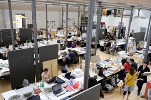 Gemeinsames Arbeiten an der Summer School in den Atelierräumen der Universität Liechtenstein