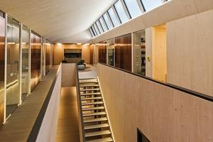 Eine einläufige Treppe in der Mittelzone des Bürogebäudes ist Verbindung in das Obergeschoss