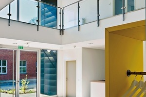 Im Inneren lassen sich in horizonaler wie vertikaler Richtung auch grössere Räume realisieren