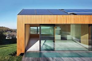 Dank der flachen Dachneigung von 13° kann sowohl die Süd- als auch die Nordseite mit Dünnschichtmodulen solar genutzt werden