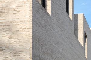 Wieder draussen versteht man das scheinbare Spiel mit den Fassadenöffnungen erst als Ergebnis konsequenter Planung von Innen/Außen