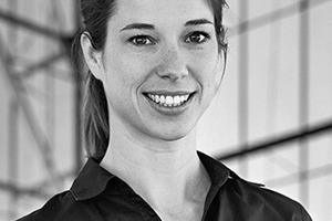 """<div class=""""autor_linie""""></div><div class=""""dachzeile"""">Autorin</div><div class=""""autor_linie""""></div><div class=""""fliesstext_vita""""><span class=""""ueberschrift_hervorgehoben"""">Dr. Kerstin Wolff</span> betreut seit 2008 als Gastprofessorin Entwurfsstudios am Illinois Institute of Technology (IIT). Gleichzeitig arbeitet sie als Projektingenieurin bei Werner Sobek Stuttgart. Sie studierte Bauingenieurwesen an der TU Braunschweig und erhielt den Master of Science der University of California, Berkeley. Ihre Promotion über das Tragverhalten von in Verbundglas eingebetteten Metallelementen schloss sie im Juni 2012 am ILEK ab. Neue Gestaltungsmöglichkeiten mit Glas untersuchte sie u. a. als Gastprofessorin an der Tongji University, Shanghai.</div>"""