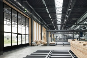 Die Tore machen Ausblicke in die Landschaft möglich und holen die Landschaft ins Innere der Halle<br />