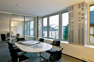 Die dezentralen Geräte im Bürogebäude Feldbergstraße in Frankfurt a. M. saugen über geschlitzte Metallpaneele direkt Luft an und bringen sie gekühlt oder beheizt in die Büroflächen
