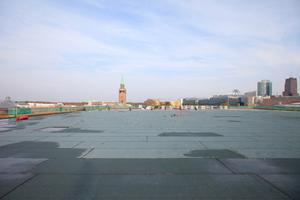 Auf dem Dach: Hier konnten die Sanierer feststellen, dass die unterste, noch origniale Dichtschicht intakt geblieben war. Nach der abschließenden Verklebung wird wieder Kies aufs Dach geschüttet