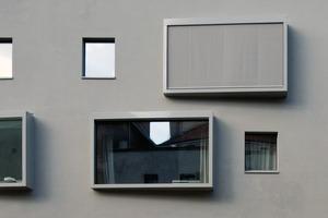 Durch die großen südorientierten Fenster werden solare Wärmegewinne generiert. Ein versteckt im Rahmen integrierter Sonnenschutz schützt im Sommer vor zu viel Wärmeeintrag