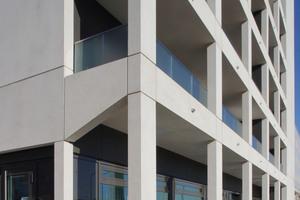 Die bestehenden Fensteröffnungen wurden außerhalb der Loggien in ihren Dimensionen belassen. Zusätzlich wurden Außenlüfter mit Wärmetauschern zum Betrieb der Umluftheizung montiert