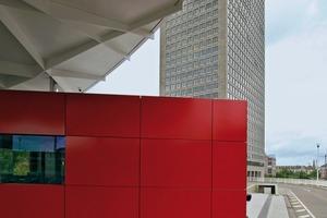 Das mit roten Alupanelen verkleidete Wachhaus setzt einen starken Farbakzent