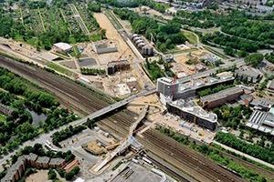 2013: IBA HamburgDie IBA Hamburg hat sich zur Aufgabe gemacht, auf den Elbinseln Wilhelmsburg und Veddel sowie Harburger Binnenhafen beispielhafte Antworten zu geben auf die Themen Internationale Stadtgesellschaft, Stärkung der Stadtrandgebiete und Klimawandel.