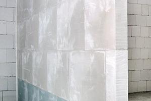 Das Flankendämm-Maß entkoppelter Gips-Massiv-Wände liegt in derselben Größenordnung wie das einer etwa viermal so schweren starr angeschlossenen Massivwand