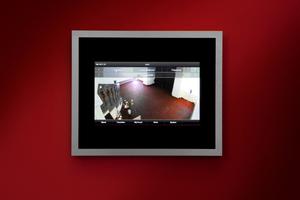 Über das große Touchdisplay lässt sich die Beleuchtung im gesamten Haus schalten, die Heizung regeln und die Bilder der Videokameras abrufen