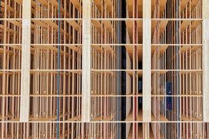 Lastensammler in der Dachebene steifen die 36 Hochregalreihen in Längsrichtung aus