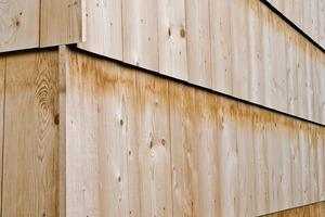 Sukzessiver Baufortschritt, beginnend bei Bodenplatte und Giebel