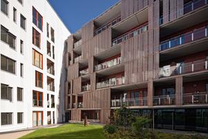 Der private Hof mit Putz- und Holzblendenfassade<br />