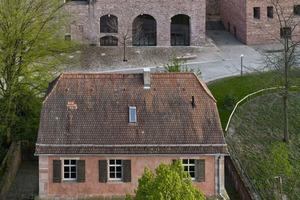 Das bestehende Dach wurde durch ein dreiteiliges zinkgedecktes Dach ersetzt, das die historische Dreitielung des Gebäudes aufnimmt.
