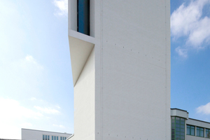 Tageslicht kommt über das (fast) geostete Turmfenster wie auch - von hier aus unsichtbar - über das Dach