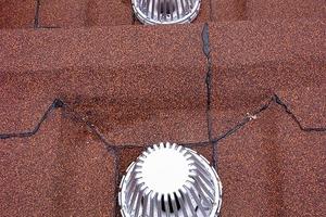 Um die Gefahr von Undichtigkeiten zu reduzieren, müssen Dachdurchdringungen von planerischer Seite detailgerecht geplant werden. Die Abstände müssen mindestens 30cm betragen