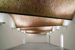 Die markante Ziegeldecke in der Ausstellungshalle des 2. Obergeschosses