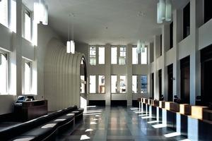 Die Kundenhalle mit Blick zum Eingang<br />