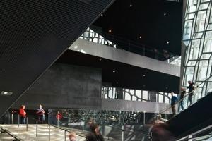 Alle Foyers haben Ausblick auf den Hafen, das Meer und die Berge. Durch die Arbeit des Künstlers Olafur Eliasson an der Fassade, entstand ein einzigartiges Gebäude - eine Landmarke für Reykjavik Stadt<br />