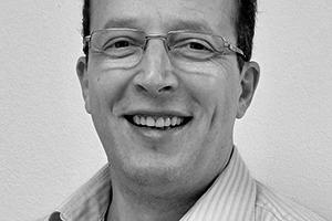 """<div class=""""autor_linie""""></div><div class=""""dachzeile"""">Autoren</div><div class=""""autor_linie""""></div><div class=""""fliesstext_vita""""><span class=""""ueberschrift_hervorgehoben"""">Dipl.-Bauing. Jürgen Waßermann</span> studierte Bauingenieurwesen für Hochbau an der FH für Bauwesen in Magdeburg, anschließend war er dort als Ingenieur für Forschung und Lehre im Fachbereich CAD tätig. Danach war er Fachingenieur bzw. leitender Ingenieur in verschiedenen Bauunternehmen sowie Anwendungstechniker, später Technischer Leiter eines Dämmstoffwerks und Technischer Leiter bei einem Naturdämmstoffanbieter, bevor er 2013 die Technische Leitung bei der INTHERMO GmbH übernahm.</div>"""