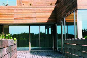 Die Wohnungen sind mit ihrer geschosshohen Verglasung kompromisslos transparent, jedoch durch die terrassierte Anordnung nicht einsehbar