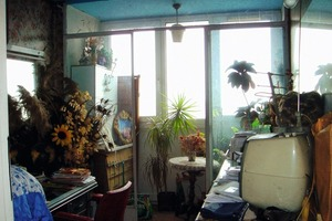 Vor der 2. Renovierung diente der schmale Raum zwischen der Wohnung und der Fassade lediglich als Abstellfläche