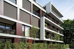 Der gemeinschaftlich genutzte Innenhof bietet mit seinen Hochbeeten und Spielgeräten einen geschützten Bereich für die Bewohner. Einen besonderen Akzent im Atrium setzen die Beeteinfassungen aus Aluminium, von der Richard Brink GmbH & Co. KG speziell für dieses Projekt auf Maß gefertigt