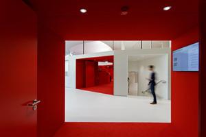 Als Komplementärfarbe zum Grün des Schlossgartens wurde fast die gesamte Innenraumgestaltung in Rot ausgeführt