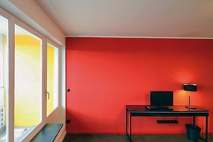 """<div class=""""16.6 Bildunterschrift"""">Während der Renovierung entdeckten die Architektin und der Bauherr das original DLW Linoleum Uni Walton im Farbton dunkelgrün. In der Küche und dem Flur ist nun das DLW Linoleum Uni Walton im Farbton midnight blue zu finden</div>"""