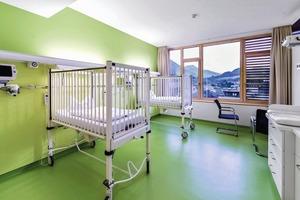 Die technischen Anforderungen in Österreich liegen höher als in Deutschland, weswegen die Architekten in der Decke weitaus mehr Installationsschächte und Leerrohre für eine mögliche Erweiterung planten