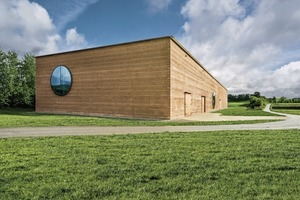 """<div class=""""2.6 Bildunterschrift"""">Das Ricola Kräuterzentrum ist der größte Lehmbau Europas: 1600m² Lagerhalle, 750m² Produktion, 190m² Mitarbeiterräume und 230m² Besucherzentrum auf einer Galerie</div>"""