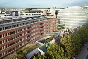 Elegant schiebt sich der Glaskörper das Galéo-Baus zwischen die bestehenden Gebäude<br />