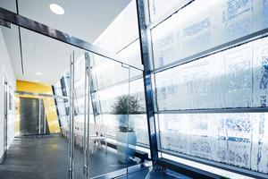 Beim Photovoltaikglas Voltarlux werden ultradünne Solarzellen in Verbundglas einlaminiert – die Solarschicht ist 50 bis 100 Mal dünner als ein menschliches Haar. Die Scheiben führen durch den  sich verändernden Einstrahlwinkel der Sonne im Jahreszyklus zu einer Lichtlenkung, die passive<strong> </strong>Solarenergiegewinnung in den Wintermonaten ermöglicht<br />