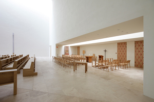 Die Werktagskapelle mit zwei Beichtzimmer öffnet sich komplett zum Kirchraum, erhält aber die das große Lichtfenster eine den Raum konzentrierende Achse