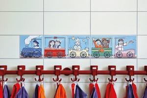 Steingutfliesen sind hervorragend zu dekorieren. Dieser Vorzug wurde bei einer Kita im thüringischen Gräfenroda genutzt für fröhliche Motive, die der Seh-Entwicklung von Kleinkindern Rechnung tragen. Neben figürlichen Darstellungen eignen sich Steingutfliesen für viele weitere Dekore