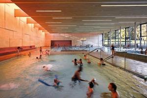 oben: Sacker Architekten planten eine Badeplatte, auf der sich alle Schwimmbecken verteilen – Innen und Außen als Einheit in einer Parklandschaft