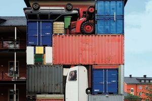 """Michael Johansson """"self contained"""", 2010, eine Skulptur aus Containern und Fahrzeugen, in Schweden"""