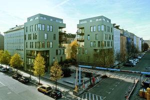 Die Zwillingshäuser an der östlichen Ecke der Straßeneinmündung Schönholzer Straße/Ruppiner Straße sind die erste Baugruppe von 12 Wohnungen. Sie schließen direkt an die alte Blockrandbebauung an. Diese Blockecke blieb offen. Hier entstand ein kleiner Stadtplatz, eine kleine grüne Oase mit Bambus und mineralischem Belag