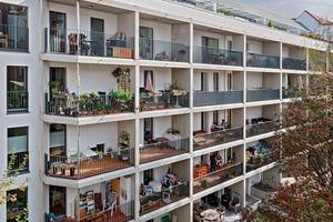 Gartenseite mit vorgestelltem Balkon in Betonfertigbauweise