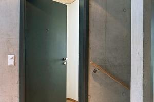 """<div class=""""10.6 Bildunterschrift"""">Die Türen von Jeld-Wen erfüllen Aspekte der Wohngesundheit ebenso der Einbruchhemmung und des Schallschutzes. Die Innentür ist eine Schallschutztür Typ 70 (37 dB). Die schwarze Wohnungseingangstür stammt ebenfalls aus dem Sortiment Jeld-Wen Typ 70. Mit dem Typ Optima 30 sind die Innenraumtüren als Feuchtraumtüren ausgebildet</div>"""