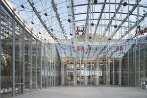 Die Piazza ist mit einem großen Glasdach überspannt