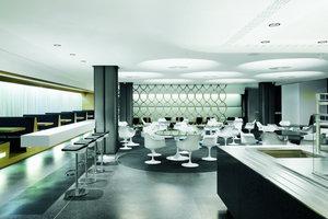 Die neue Mitarbeiterkantine hat die Atmosphäre eines coolen Restaurants mit klar definierten Sitzzonen