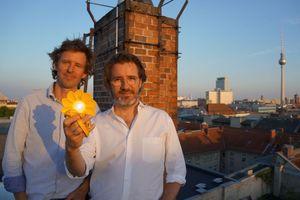 """Frederik Ottesen und Olafur Eliasson entwickelten  die Solarleuchte """"Little Sun"""" als Social-Business-Projekt"""
