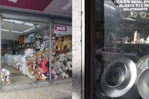 Läden voller Kunststoffstofftierwelten und traditionellem Handwerk; für beide gibt es Anlieferverkehr bis in die letzten Gassen noch.