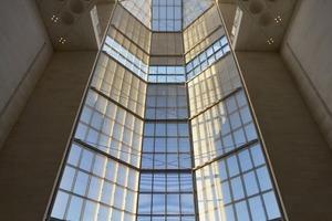 Die Glaswand an der Nordseite ist 45m hoch