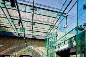 Die gesamte Konstruktion im Foyer besteht aus Glas<br />